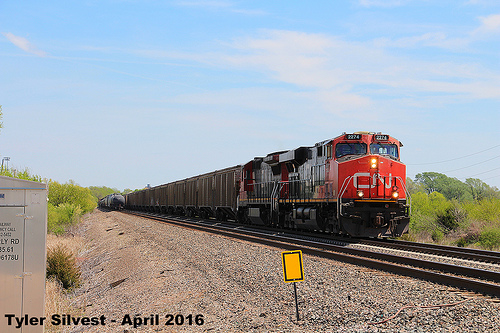 1/2 CN 2274 Leads a WB Cargill Covered Hopper Gardner, KS 4-24-16